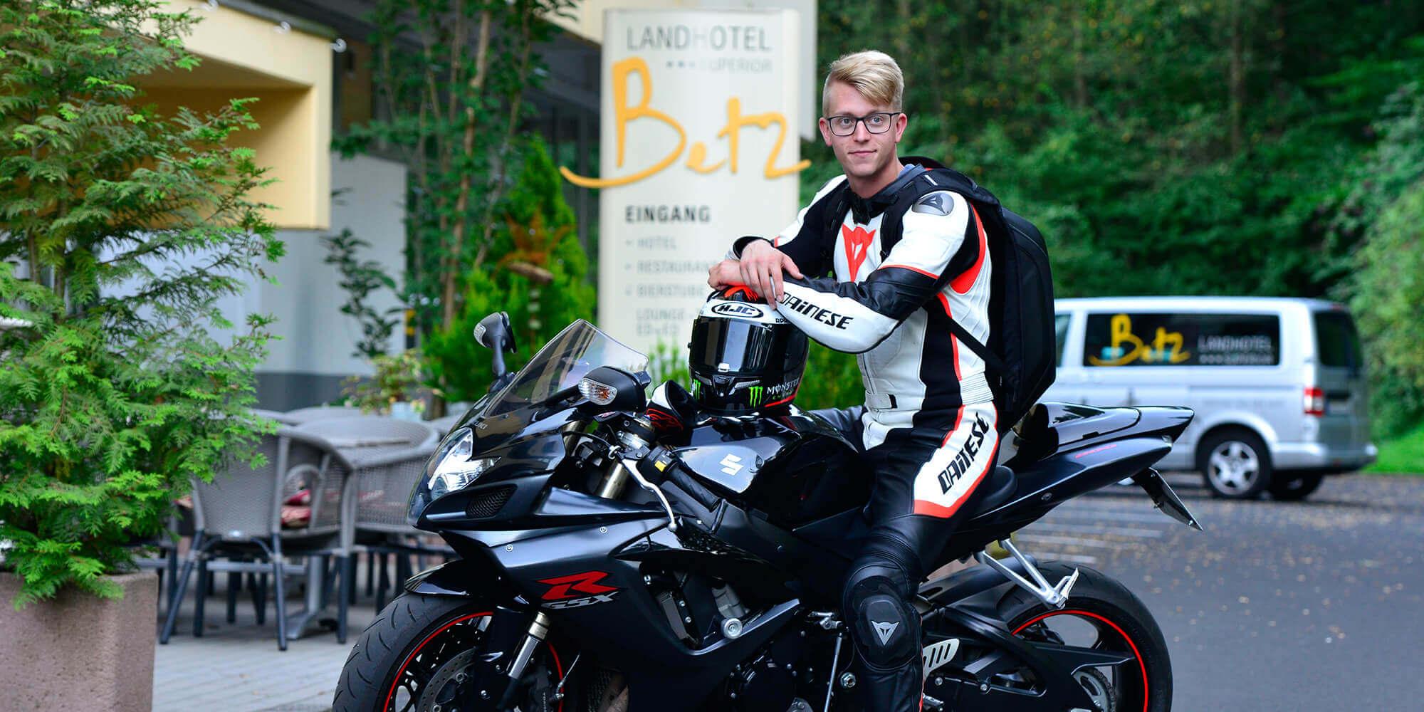 Motorradfahrer vor unserem Hotel