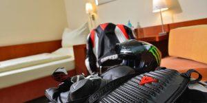 Zweibettzimmer Komfort mit Waldblick zur Einzelbelegung mit Motorradbekleidung