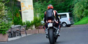 Motorradfahrer vor Landhotel Betz