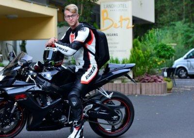 Motorradfahrer vorm Hotel