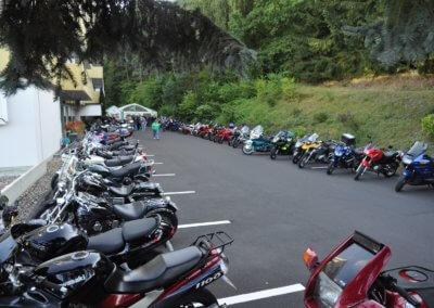 60 Motorräder im Hof